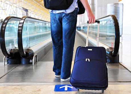 studente-con-valigia-in-aeroporto