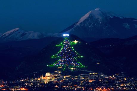 Умбрия, Италия: самая большая рождественская елка вмире